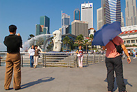 Singapour. Le Busness center depuis la Marina et la statue du Merlion, symbole de Singapour. // Singapore. Busness center from the Marina and the statue of Sea-Lion, symbol of the city.