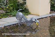 Wire dog sculpture in a pebble rill, Design: Paul Hervey-Brookes