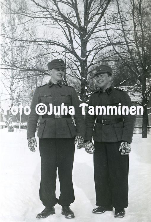 HJK:n &amp; maajoukkueen pelaaja Armas Pyyn albumi. <br /> Valmistautumista talvisotaan. Armas Pyy vasemmalla. Kuva vuodelta 1939.
