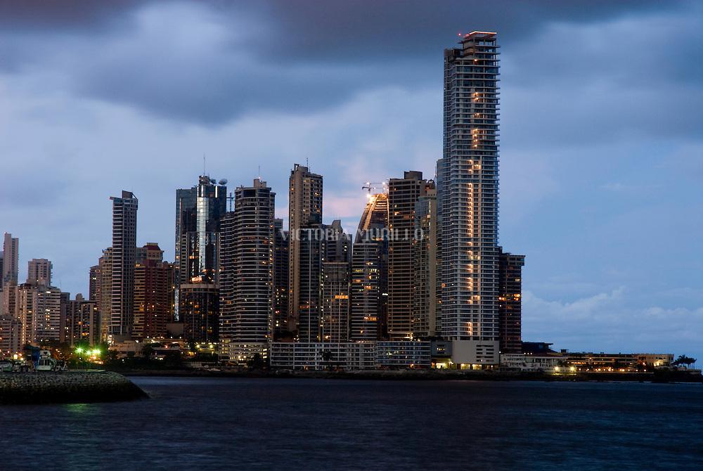 Ciudad de Panama, edificada frente a la golfo de Panamá, actualmente cuenta con una construcción de edificios modernos, corredores viales y varios centros comerciales.