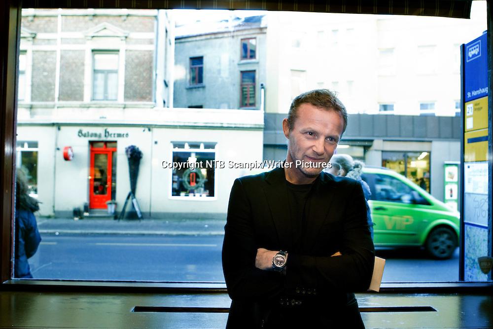 OSLO  20111220. Forfatter Jo Nesb&macr; under prisutdelingen av Harry Hole stiftelsens pris  &quot;En &Acirc;lreit fyr prisen&quot; tirsdag. Prisen ble overrakt p&Acirc; kafe Schr&macr;der, favorittstedet til Nesb&macr;s popul&Ecirc;re politibetjent Harry Hole<br /> Foto: Berit Roald / Scanpix<br /> <br /> NTB Scanpix/Writer Pictures<br /> <br /> WORLD RIGHTS, DIRECT SALES ONLY, NO AGENCY