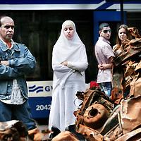 Nederland,Amsterdam ,3 juni 2007..Allochtone en autochtone Amsterdammers bekijken de autowrakken uit Bagdad op het Leidseplein...Immigrants and natives from Amsterdam watch car wrecks from an bomb in  Baghdad on the Leidseplein in Asterdam.