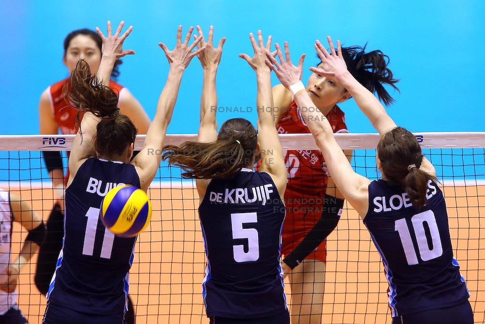 15-05-2016 JAP: OKT Nederland - Zuid Korea, Tokio<br /> Er is nog niets verloren, maar de volleybalsters van Oranje hebben tijdens het OKT een gevoelige 3-0 nederlaag geleden tegen Zuid-Korea / Sterspeelster Yeon-Koung Kim&nbsp;C #10 of Korea slaat door het blok van Anne Buijs #11, Robin de Kruijf #5, Lonneke Sloetjes #10