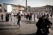 Roma  29.04.2011 - Beatificazione di Papa Giovanni Paolo II. Roma si prepara ad accogliere le migliaia di fedeli che parteciperanno alla beatificazione di Papa Wojtyla..Nella Foto: I fedeli in Piazza San Pietro..Photo by Giovanni Marino