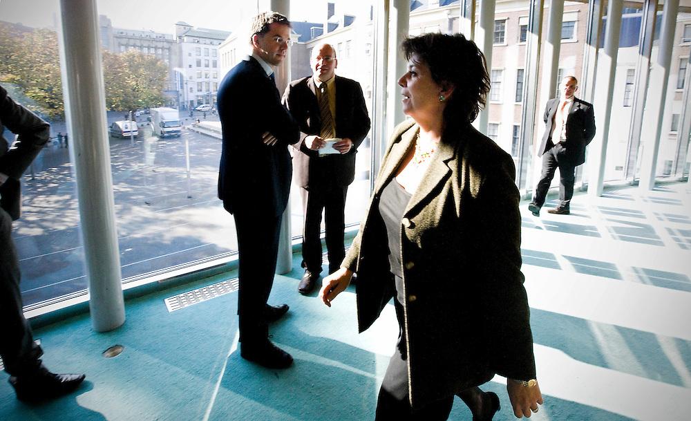 Nederland. Den Haag, 16 oktober 2007. <br /> Oud VVD fractielid Rita Verdonk heeft gisteravond bekend gemaakt haar partijlidmaatschap op te zeggen. In een gesprek met het partijbestuur van de VVD werd ze voor de keus gesteld of haar zetel of haar lidmaatschap van de VVD opgeven. Ze koos voor het laatste en gaat als partijloos kamerlid verder. Rita Verdonk passeert Mark Rutte in de wandelgang van de plenaire vergaderzaal, daags nadat zij het lidmaatschap van de vvd heeft opgegeven.<br /> Foto Martijn Beekman <br /> NIET VOOR TROUW, AD, TELEGRAAF, NRC EN HET PAROOL