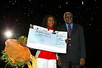 Friidrett<br /> IAAF Golden League 2003<br /> Brussel - Belgia 05.09.2003<br /> Maria Mutola - vinner av jackpot i GL<br /> Lamine Diack - president IAAF<br /> Foto: Digitalsport/Photo News
