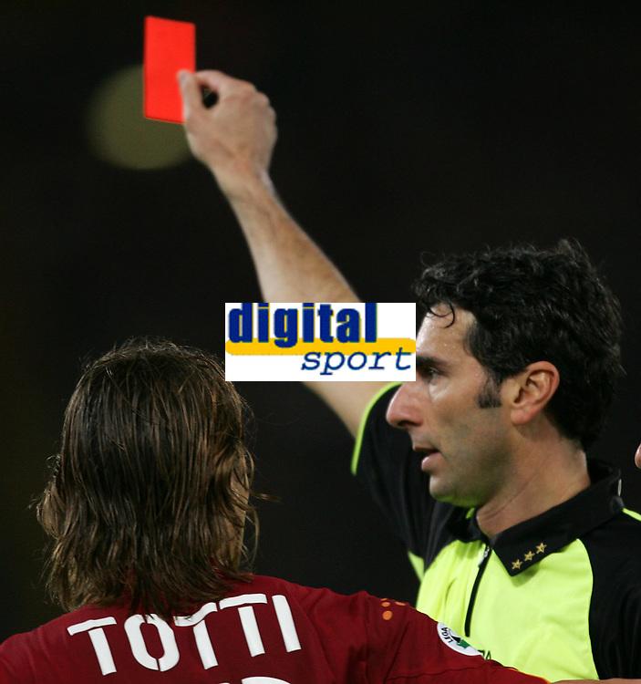 Fotball<br /> Serie A Italia 2004/05<br /> Roma v Siena<br /> 20. april 2005<br /> Foto: Digitalsport<br /> NORWAY ONLY<br /> L'ARBITRO DONDARINI ESPELLE TOTTI