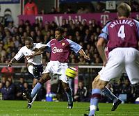 Fotball<br /> Premier League England 2004/2005<br /> Foto: SBI/Digitalsport<br /> NORWAY ONLY<br /> <br /> 22.11.2004<br /> <br /> Aston Villa v Tottenham Hotspur<br /> FA Barclays Premiership, Villa Park<br /> <br /> Spurs' Jermain Defoe (L) sends in a shot on target, but it was expertly saved by Villa's Thomas Sørensen
