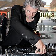 """NLD/Almere/20110624 - Expositie opening Ruud de Wild """"Moving"""" Galerie aan de Amstel, Ruud de Wild aan de draaitafel"""