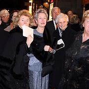 NLD/Amsterdam/20080201 - Verjaardagsfeest Koninging Beatrix en prinses Margriet, Mary Rost onnes, Els Borst en Erica Persptra in gesprek buiten