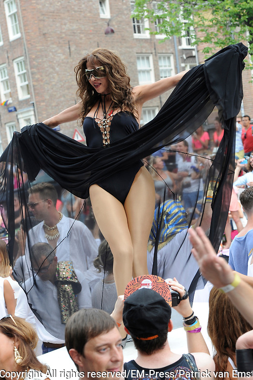 De Canal Parade 2014 - een botenparade over de Amsterdamse grachten en het hoogtepunt van Gay Pride Amsterdam.<br /> <br /> The Canal Parade 2014 - a boat parade on the canals of Amsterdam and the highlight of Gay Pride Amsterdam.<br /> <br /> Op de foto / On the photo: <br /> <br /> <br />  Dana International - Sharon Cohen op de  &quot;Joodse&quot; Boot / Dana International - Sharon Cohen on the &quot;Jewish&quot; boat.