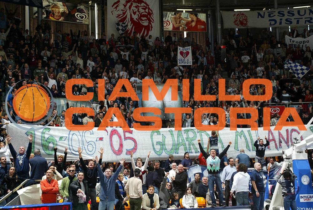 DESCRIZIONE : Bologna Lega A1 2005-06 Climamio Fortitudo Bologna Armani Jeans Milano <br /> GIOCATORE : Tifosi <br /> SQUADRA : Climamio Fortitudo Bologna <br /> EVENTO : Campionato Lega A1 2005-2006 <br /> GARA : Climamio Fortitudo Bologna Armani Jeans Milano <br /> DATA : 20/11/2005 <br /> CATEGORIA : <br /> SPORT : Pallacanestro <br /> AUTORE : Agenzia Ciamillo-Castoria/L.Villani