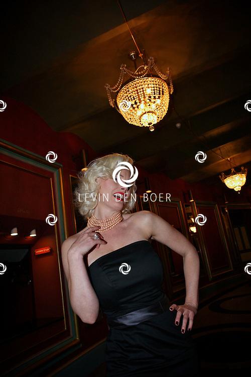 AMSTERDAM - Monique Sluyter donderdagavond bij aankomst voor de premiere van het WereldKerstCircus in Carre in Amsterdam. FOTO LEVIN DEN BOER - PERSFOTO.NU