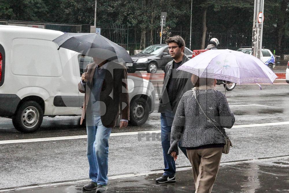 SÃO PAULO, SP, 19.06.2015 - CLIMA-SP - Paulistanos enfrentam chuva e baixa temperatura, na Avenida Paulista região central de São Paulo nesta sexta-feira, 19. (Foto: Marcos Moraes / Brazil Photo Press)