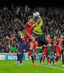 01.05.2013, Fussball Champions League Halbfinale Rückspiel: FC Barcelona - FC Bayern München, im Stadion Nou Camp in Barcelona, Spanien.  Thomas Müller (Bayern München) gegen Torwart Victor Valdes (Barcelona)