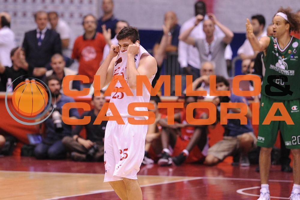 DESCRIZIONE : Milano Lega A 2011-12 EA7 Emporio Armani Milano VS Montepaschi Siena Finale scudetto gara 4<br /> GIOCATORE :  Alessandro Gentile<br /> CATEGORIA :  Esultanza<br /> SQUADRA : EA7 Emporio Armani Milano<br /> EVENTO : Campionato Lega A 2011-2012 Finale scudetto gara 4<br /> GARA : EA7 Emporio Armani Milano Montepaschi Siena<br /> DATA : 15/06/2012<br /> SPORT : Pallacanestro <br /> AUTORE : Agenzia Ciamillo-Castoria/GiulioCiamillo<br /> Galleria : Lega Basket A 2011-2012  <br /> Fotonotizia : Milano Lega A 2011-12 EA7 Emporio Armani Milano VS Montepaschi Siena Finale scudetto gara 4<br /> Predefinita :