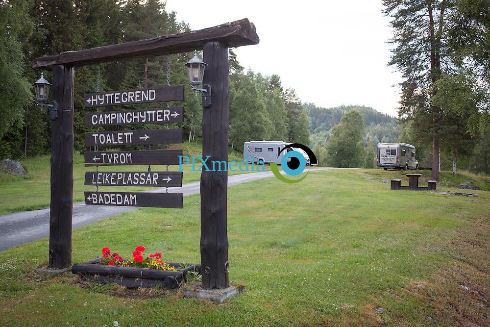 Groven Camping &amp; hyttegrend,  Raulandsvegen 41, 3890 Vinje, Norway,  Telefon: 0047 90956484,  E-post: grovenc@online.no<br /> Groven camping og hyttegrend ligg 500 m.o.h. i lunt skogsterreng, med utsikt til bygda &Aring;mot og attraktive naturomr&aring;de. Campingen, som er oppbygd i terrassar, har i tillegg til hyttene plass til ca. 50 bubilar, campingvogner og telt.<br /> <br /> Groven camping og hyttegrend har ei samling av &aring;tte gamle t&oslash;mmerhus fr&aring; n&aelig;romr&aring;det, i tillegg til tolv hytter av nyare dato.<br /> <br /> Utanom mange fine turomr&aring;de p&aring; staden, ligg Groven n&aelig;r h&oslash;gfjellsomr&aring;da<br /> <br /> Rauland: 20 km, og Haukelifjell: 60 km.<br /> <br /> Groven er ein utprega familiestad, og ligg ca. 300 meter fr&aring; &Aring;mot sentrum, som har dei fleste servicetilbod.