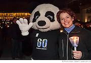 """Marie-Claude Lemieux, Directrice pour le Québec WWF-Canada aux côtés de la mascotte de WWF, lors du rassemblement """"Une heure pour la Terre!"""", 5e anniversaire. Eteignez vos lumières pour affirmer votre appui à la lutte contre le réchauffement climatique. WWF-Canada /  Esplanade de la place des Arts / Montreal / Canada / 2012-03-31, © Photo Marc Gibert / adecom.ca"""