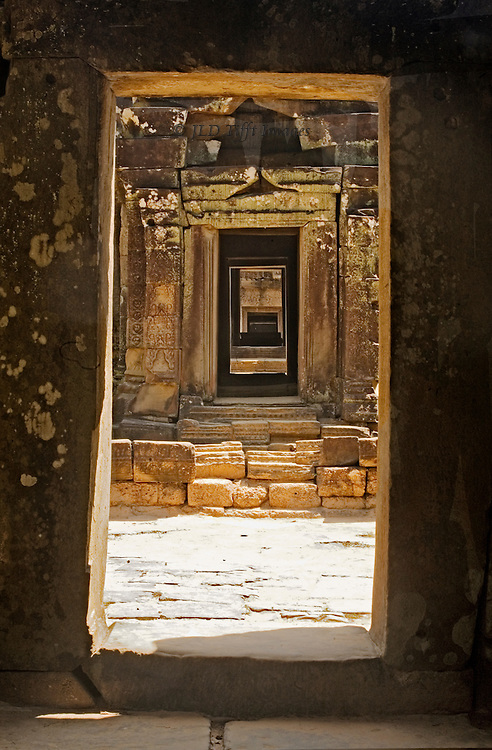 Angkor, Ta Som : view through a sseries of doorways, with bright sun and deep shadow.