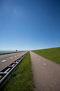 In 1932 werd de opening tussen de Waddenzee en de toenmalige Zuiderzee gesloten. Nu is het een belangrijke verkeersader tussen Friesland en Noord-Holland en scheidt het de Waddenzee met het IJsselmeer (links).<br /> <br /> In 1932, the gap between the Wadden Sea and the former Zuiderzee closed by the Afsluitdijk. Now it is a major thoroughfare between Friesland and North Holland and it separates the Wadden Sea from the IJsselmeer.