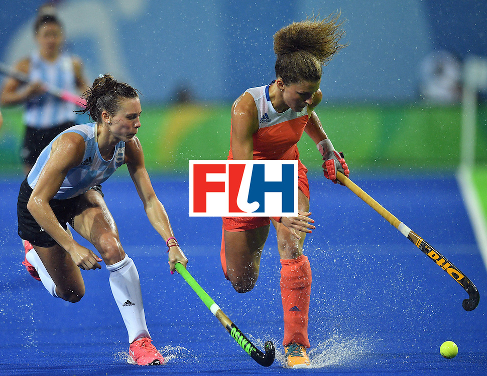 Argentina's Agustina Habif (L) vies with Netherland's Maria Verschoor during the women's quarterfinal field hockey Netherlands vs Argentina match of the Rio 2016 Olympics Games at the Olympic Hockey Centre in Rio de Janeiro on August 15, 2016.  / AFP / Carl DE SOUZA        (Photo credit should read CARL DE SOUZA/AFP/Getty Images)