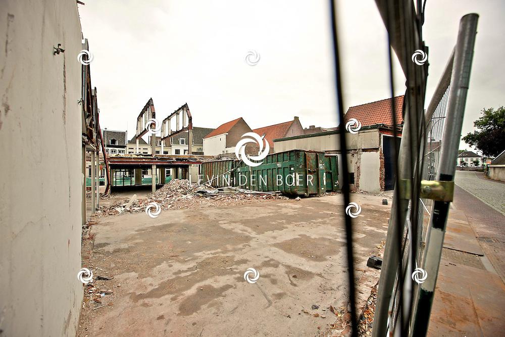 ZALTBOMMEL - Het afgebrande pand waar Blokker, Vogele en Fitline in zaten word druk gesloopt. De eigenaren hopen volgend jaar in 2012 hun deuren weer te kunnen openen. FOTO LEVIN DEN BOER - PERSFOTO.NU