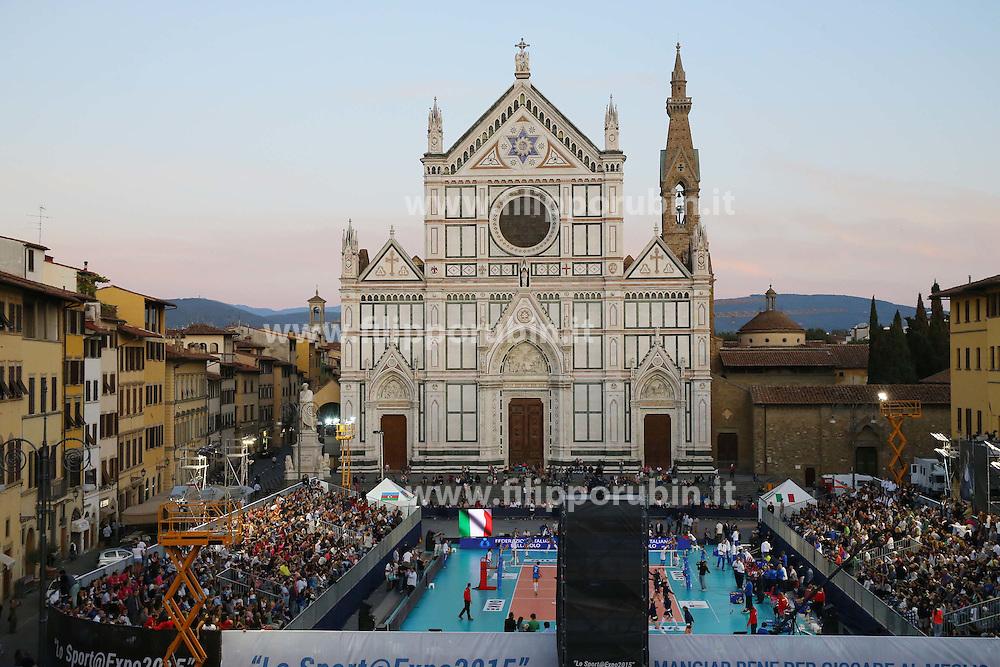 LO SCENARIO DEL CAMPO ALLESTITO IN PIAZZA SANTA CROCE<br /> ITALIA - AZERBAIJAN<br /> AMICHEVOLE NAZIONALE ITALIANA VOLLEY FEMMINILE<br /> FIRENZE 09-09-2015<br /> FOTO FILIPPO RUBIN