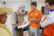 De VeloX IV bij de technische keuring. Het Human Power Team Delft en Amsterdam (HPT), dat bestaat uit studenten van de TU Delft en de VU Amsterdam, is in Amerika om te proberen het record snelfietsen te verbreken. Momenteel zijn zij recordhouder, in 2013 reed Sebastiaan Bowier 133,78 km/h in de VeloX3. In Battle Mountain (Nevada) wordt ieder jaar de World Human Powered Speed Challenge gehouden. Tijdens deze wedstrijd wordt geprobeerd zo hard mogelijk te fietsen op pure menskracht. Ze halen snelheden tot 133 km/h. De deelnemers bestaan zowel uit teams van universiteiten als uit hobbyisten. Met de gestroomlijnde fietsen willen ze laten zien wat mogelijk is met menskracht. De speciale ligfietsen kunnen gezien worden als de Formule 1 van het fietsen. De kennis die wordt opgedaan wordt ook gebruikt om duurzaam vervoer verder te ontwikkelen.<br /> <br /> The VeloX4 speed bike at the technical inspection. The Human Power Team Delft and Amsterdam, a team by students of the TU Delft and the VU Amsterdam, is in America to set a new  world record speed cycling. I 2013 the team broke the record, Sebastiaan Bowier rode 133,78 km/h (83,13 mph) with the VeloX3. In Battle Mountain (Nevada) each year the World Human Powered Speed Challenge is held. During this race they try to ride on pure manpower as hard as possible. Speeds up to 133 km/h are reached. The participants consist of both teams from universities and from hobbyists. With the sleek bikes they want to show what is possible with human power. The special recumbent bicycles can be seen as the Formula 1 of the bicycle. The knowledge gained is also used to develop sustainable transport.