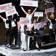 NLD/Amsterdam/20070804 - Gaypride Canalparade 2007, boot als protest tegen homogeweld