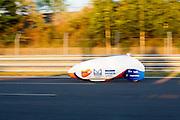 Lieske Yntema tijdens haar tweede recordpoging. Het Human Power Team Delft en Amsterdam (HPT), dat bestaat uit studenten van de TU Delft en de VU Amsterdam, is in Senftenberg voor een poging het laagland sprintrecord te verbreken op de Dekrabaan. In september wil het HPT daarna een poging doen het wereldrecord snelfietsen te verbreken, dat nu op 133 km/h staat tijdens de World Human Powered Speed Challenge.<br /> <br /> Lieske Yntema at her second record attempt. With the special recumbent bike the Human Power Team Delft and Amsterdam, consisting of students of the TU Delft and the VU Amsterdam, is in Senftenberg (Germany) for the attempt to set a new lowland sprint record on a bicycle. They also wants to set a new world record cycling in September at the World Human Powered Speed Challenge. The current speed record is 133 km/h.