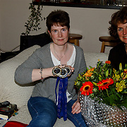 NLD/Huizen/20080605 - Wethouder Janny Bakker op bezoek bij de gehandicapte sportster Lia Schuurman uit Huizen europees kampioen badmington