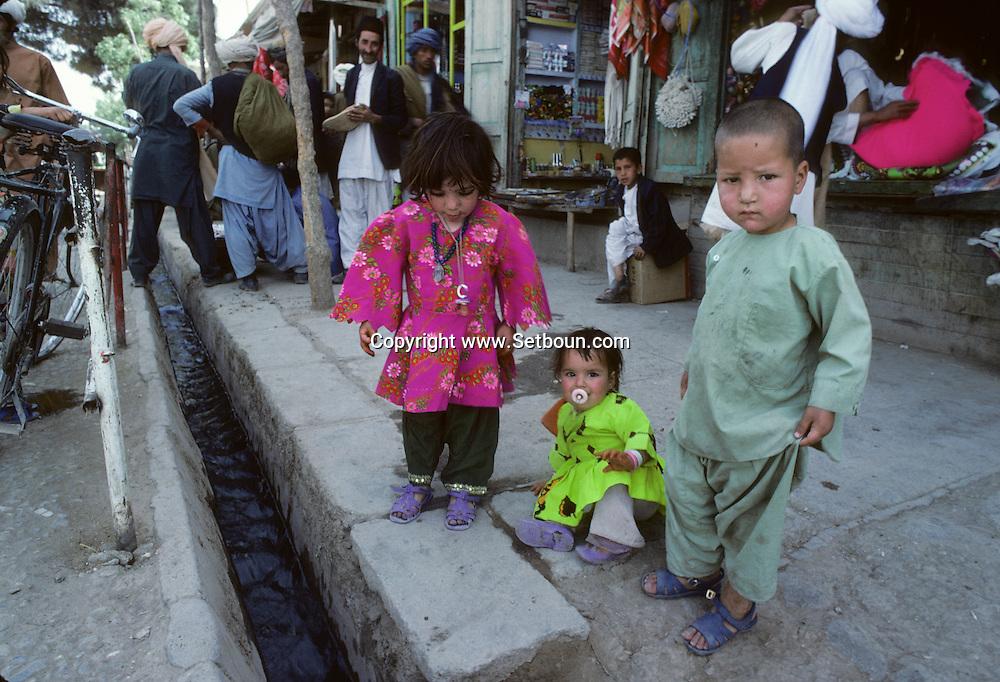 Afghanistan. Kabul. the communist regime  / city life in the bazar    / Le regime communiste  scenes de rue dans le bazar  Kaboul  Afghanistan 26700 15 / 26700 20  /     Afg26700 15  /  R20405  /  P124817
