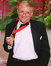 Leading artist DAVID HOCKNEY at a dinner in London on 1st June 1999.MSR 26