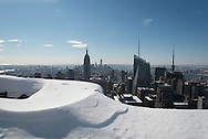 New York elevated view of Manhattan cityscape under the snow with the Empire state building / vue aerienne de Manhattan sous la neige .  / vue elevee de Manhattan avec l'empire state building.