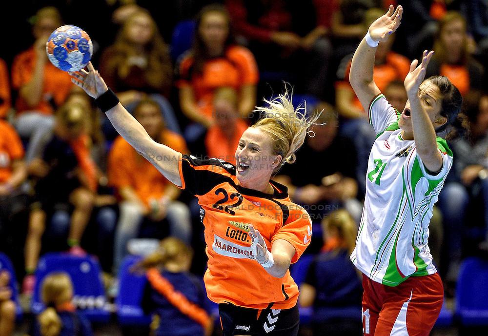 07-10-2015 NED: Kwalificatie EK 2016 Nederland - Bulgarije, Rotterdam<br /> In de Rotterdamse Topsporthal speelt het Nederlands handbalteam vrouwen tegen Bulgarije / Esther Schop, Madlena Doncheva