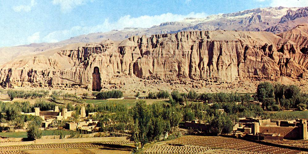 AFGHANISTAN historisch - 1977 <br />The world's tallest Buddha statue<br />in central Afghanistan's Bamiyan valley<br />copyright : AFGAN TOURIST ORGANIZATION