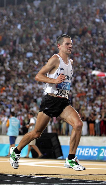 New Zealand marathon runner Jonathan Wyatt on his final lap inside Panathinkiko Stadium, Sunday 29 August 2004.<br />Photo: Andrew Cornaga/PHOTOSPORT<br /><br /><br />124521