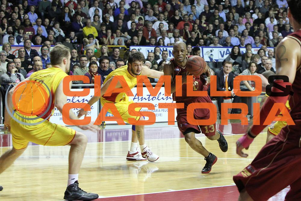 DESCRIZIONE : Venezia Lega Basket A2 2010-11 Umana Reyer Venezia Prima Veroli<br /> GIOCATORE : Alvin Young<br /> SQUADRA : Umana Reyer Venezia Prima Veroli<br /> EVENTO : Campionato Lega A2 2010-2011<br /> GARA : Umana Reyer Venezia Prima Veroli<br /> DATA : 16/01/2011<br /> CATEGORIA : Penetrazione<br /> SPORT : Pallacanestro <br /> AUTORE : Agenzia Ciamillo-Castoria/G.Contessa<br /> Galleria : Lega Basket A2 2009-2010 <br /> Fotonotizia : Venezia Lega A2 2010-11 Umana Reyer Venezia Prima Veroli<br /> Predefinita :