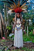 Bunt geschmückte und bemalte Volksstämme feiern das traditionelle Sing Sing in Paya  im Hochland von Papua Neu Guinea, Melanesien*Colourful dressed and face painted local tribes celebrating the traditional Sing Sing in Paya  in the Highlands of Papua New Guinea, Melanesia