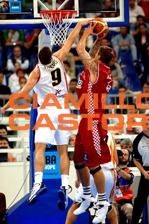 DESCRIZIONE : Belgrado Belgrade Eurobasket Men 2005 Croazia Spagna <br /> GIOCATORE : Kasun Reyes<br /> SQUADRA : Croazia Croatia Spagna Spain<br /> EVENTO : Eurobasket Men 2005 Campionati Europei Uomini 2005<br /> GARA : Croazia Spagna Croatia Spain<br /> DATA : 23/09/2005<br /> CATEGORIA :<br /> SPORT : Pallacanestro<br /> AUTORE : Ciamillo&amp;Castoria/Fiba Europe Pool