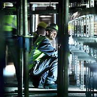 Nederland, Amsterdam , 5 augustus 2011..Werkzaamheden zoals bekabeling worden zware omstandigheden in kruipruimtes onder de metrostation bij CS aangelegd..Foto:Jean-Pierre Jans