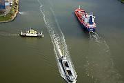 Nederland, Noord-Holland, Velsen, 16-04-2008; Rijkspont 6 steekt het Noordzeekanaal over, van Velsen-Noord naar Velsen-Zuid; een leeg binnenvaartschip (zandtransport) in de voorgrond, de coaster FS Philipipine, een Franse tanker in de achtergrond onderweg naar de haven van Amsterdam;  Noordzee kanaal, veer, veerpont..luchtfoto (toeslag); aerial photo (additional fee required); .foto Siebe Swart / photo Siebe Swart