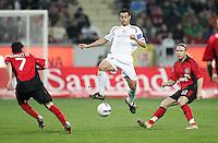 Fussball  UEFA Pokal  Viertelfinale  Hinspiel   Saison 2006/2007 Bayer 04 Leverkusen - CA Osasuna                CRUCHAGA (Mitte, AC) gegen Tranquillo BARNETTA (li) und Andriy VORONIN (re, beide Leverkusen)