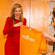 NLD/Leiden/20180412 - Maxima bezoekt workshop digitaal componeren, Koningin Maxima krijgt een t-shirt overhandigt in het kader van te weinig leraren