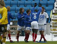 Fotball. Eliteserien Vålerenga - Start. Petter Belsvik blir hyllet for sin scoring nr 158. Fra venstre David Hanssen, Stian Ohr, Pa-Modou Ka og Petter Belsvik<br /> <br /> <br /> Foto: Digitalsport