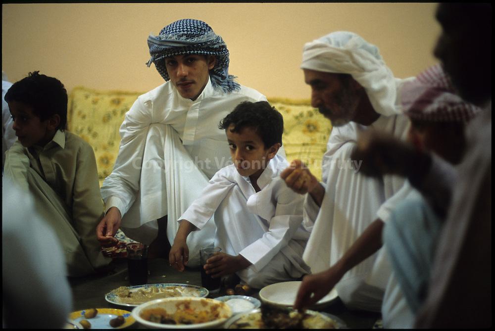 Traditions of Abu Dhabi Bedouins, UAE : Iftar  // le repas d'Iftar ( rupture du jeune du Ramadan ) dans la partie réservee aux hommes d'une maison d'Abu Dhabi, les femmes, les filles et le petits enfants dinent dans un autre lieu de la maison
