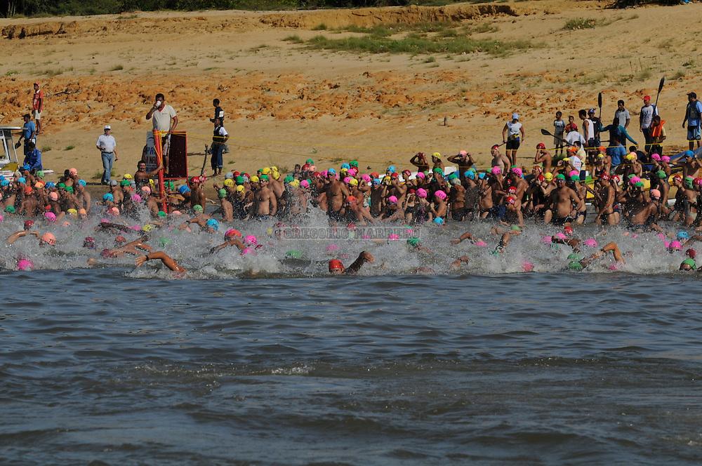 726 nadadores inician el cruce del Río Orinoco en la competencia anual del paso a nado de los rios Orinoco y Caroni.  Una distancia de 3,2 Km. separa una rivera (Estados Monagas) de la otra (Estado Bolivar).   Debido a la corriente del rio los nadadores deben hacer un esfuerzo muchisimo mayor que el que normalmente harian para recorrer una distancia como esa. Abril 20, 2008 (Gregorio Marrero/Orinoquiaphoto).