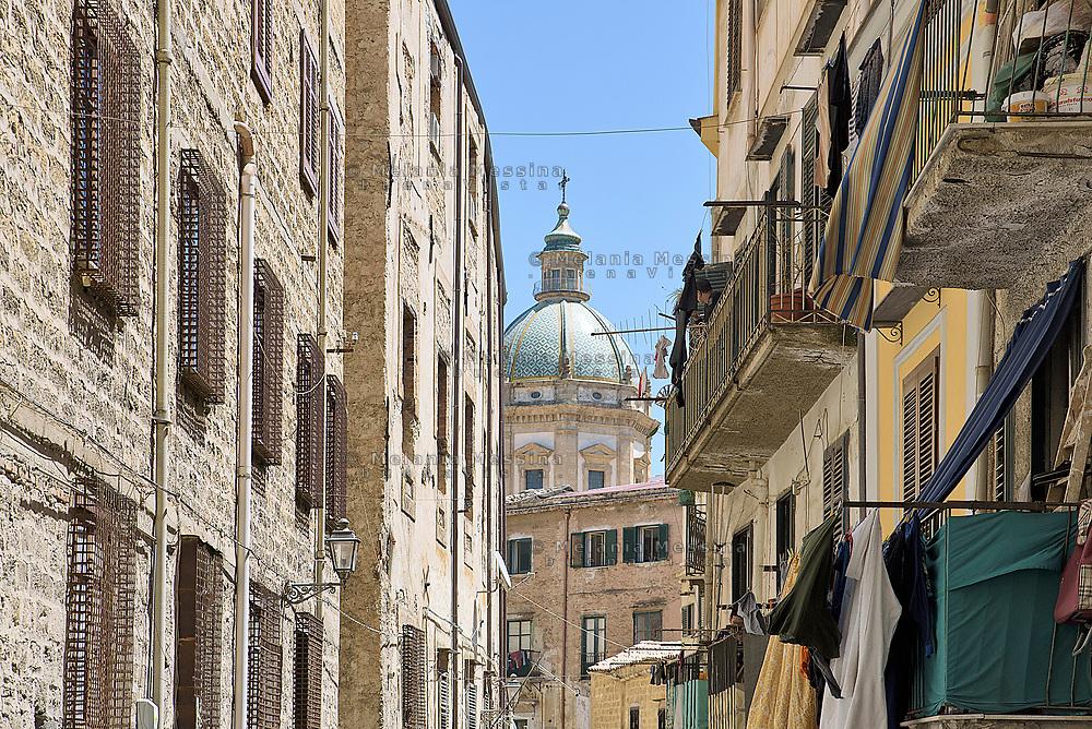 Palermo:cupola della chiesa di San Francesco Saverio vista da un vicolo di Ballar&ograve;.<br /> Palermo:view of the dome of the church of St. Francesco Saverio in Ballar&ograve;