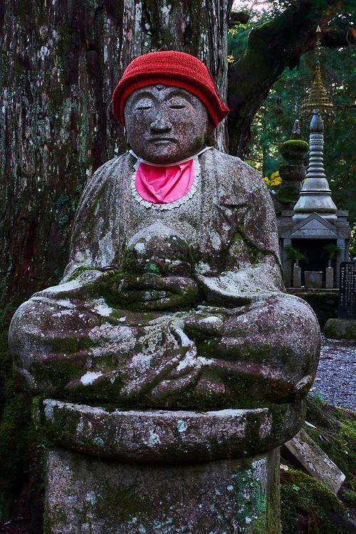 Japon, île de Honshu, région de Wakayama, Kumano Kodo, chemin du pelerinage, Koya San, Oku no in, cimetiere bouddhique // Japan, Honshu, Wakayama, Kumano Kodo pilgrimage trail, Koya San, Oku no in, buddhist cemetery with buddhist gravestone