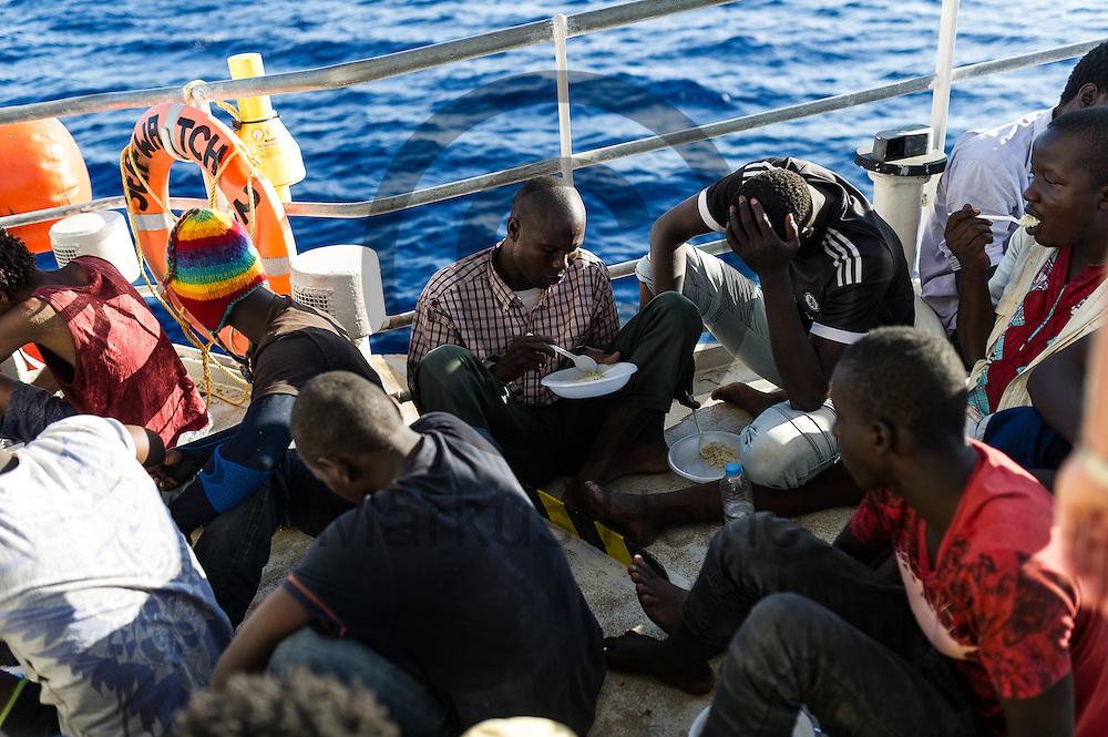 Fluechtlinge essen am 22.09.2016 auf dem Fluechtlingsrettungsboot Sea-Watch 2 in internationalen Gewaessern vor der libyschen Kueste. Foto: Markus Heine / heineimaging<br /> <br /> ------------------------------<br /> <br /> Veroeffentlichung nur mit Fotografennennung, sowie gegen Honorar und Belegexemplar.<br /> <br /> Publication only with photographers nomination and against payment and specimen copy.<br /> <br /> Bankverbindung:<br /> IBAN: DE65660908000004437497<br /> BIC CODE: GENODE61BBB<br /> Badische Beamten Bank Karlsruhe<br /> <br /> USt-IdNr: DE291853306<br /> <br /> Please note:<br /> All rights reserved! Don't publish without copyright!<br /> <br /> Stand: 09.2016<br /> <br /> ------------------------------